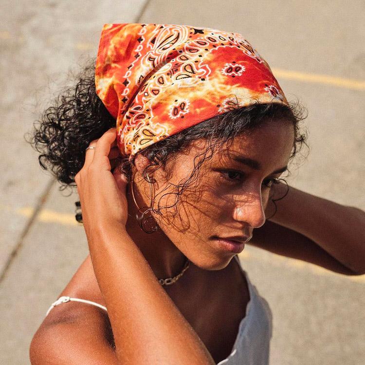 Cheveux bouclés protégés par un bandana
