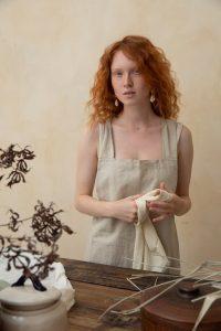 Femme rousse cheveux fins et bouclés